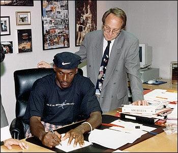 Jordan firmando contrato