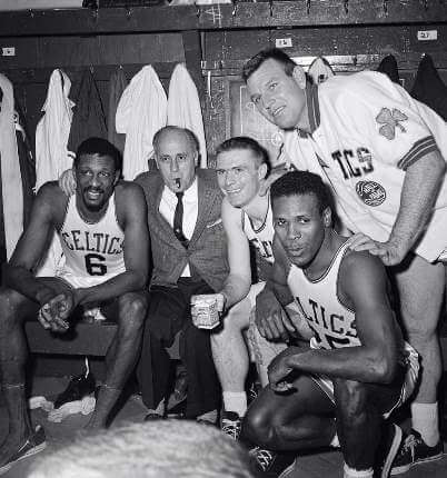 Red Auerbach con Bill Russell, K.C.Jones, Tom Heinsohn y Jim Loscutoff