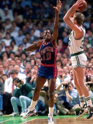 Dennis Rodman defendiendo a Larry Bird