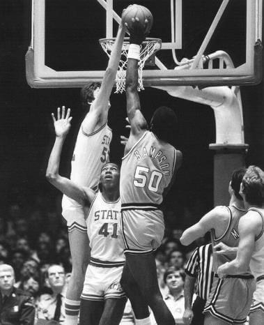 Chuck Nevitt taponando a Ralph Sampson en la NCAA