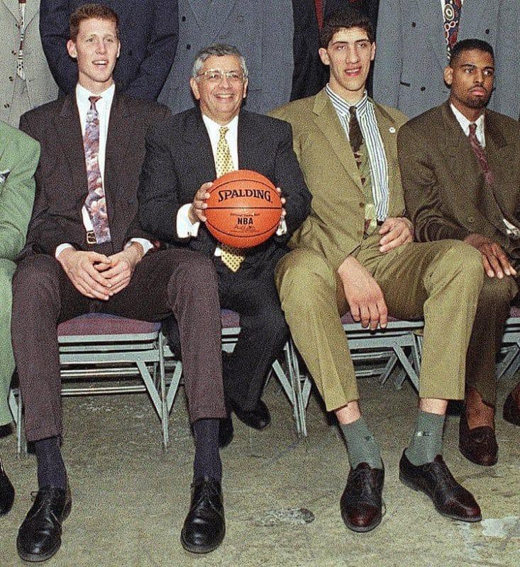 Shawn Bradley, David Stern (centro) y Gheorghe Muresan en el Draft de 1993